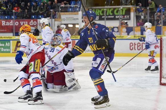 Magnus Nygren von Davos, Mitte, bejubelt sein Tor zum 1-0 gegen Goalie Luca Boltshauser von Kloten, beim Eishockey-Qualifikationsspiel der National League A zwischen dem HC Davos und dem EHC Kloten, am Freitag, 20. Oktober 2017, in der Vaillant Arena in Davos. (KEYSTONE/Gian Ehrenzeller)