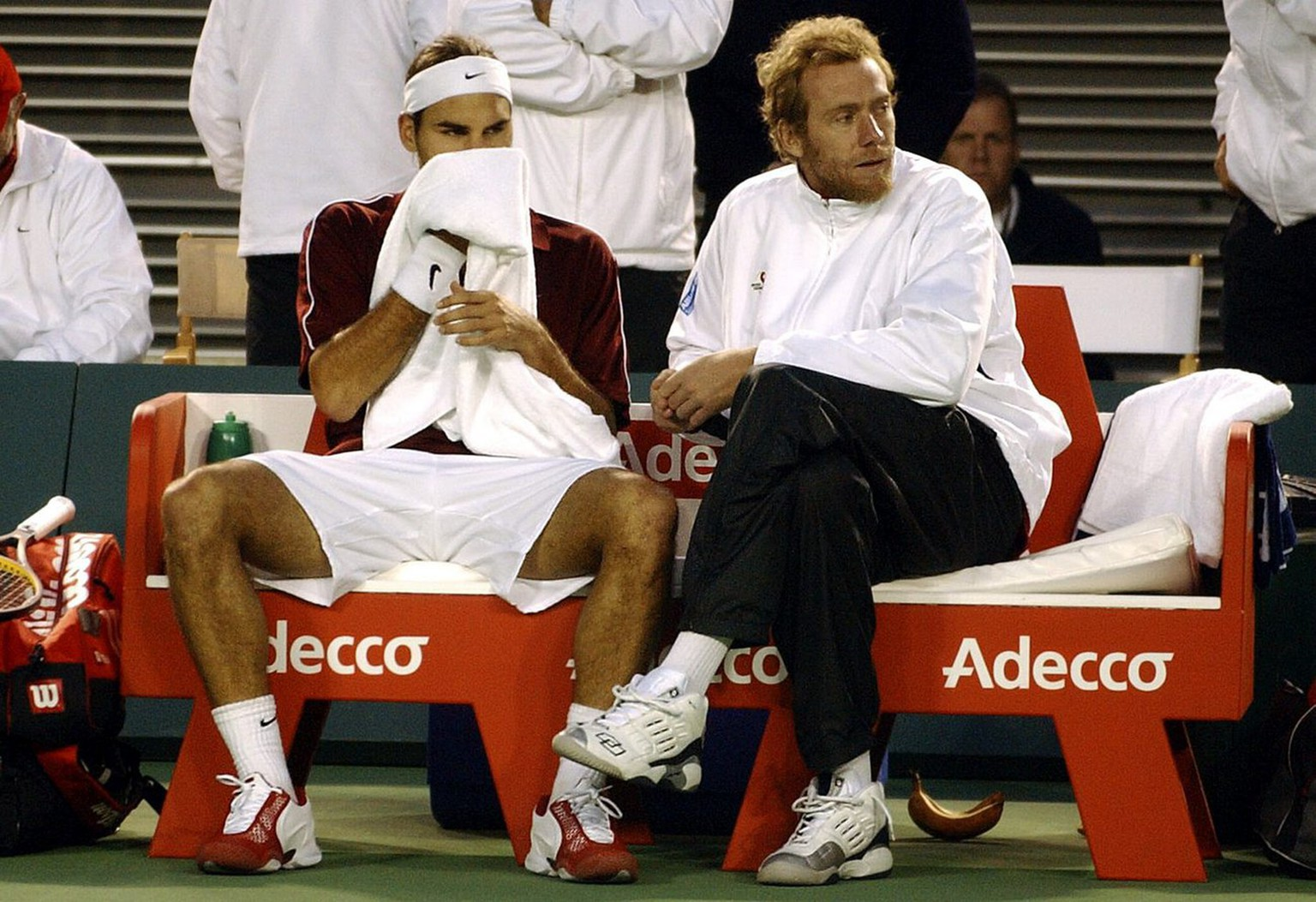 Switzerland's Roger Federer (L) and team captain Marc Rosset show the pressure of the fourth tie of the Davis Cup semi-final at Rod Laver Arena in Melbourne, Sunday 21 September 2003. Federer was defeated by Australia's Lleyton Hewitt 7-5, 6-2, 6-7, 6-7 and 1-6. (KEYSTONE/EPA Photo  AAP/Julien Smith) === AUSTRALIA AND NEW ZEALAND OUT ===