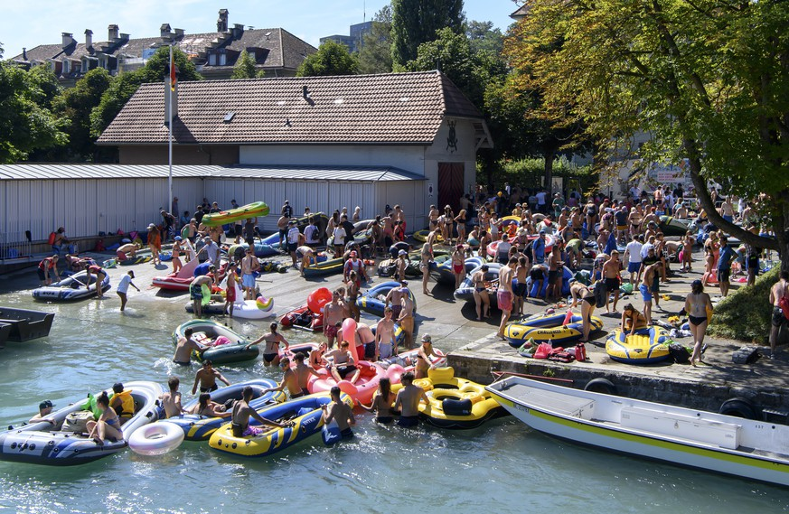 epa08592077 People take their inflatable boats out of the Aare River during the sunny and warm weather, in Bern, Switzerland, 08 August 2020.  EPA/ANTHONY ANEX