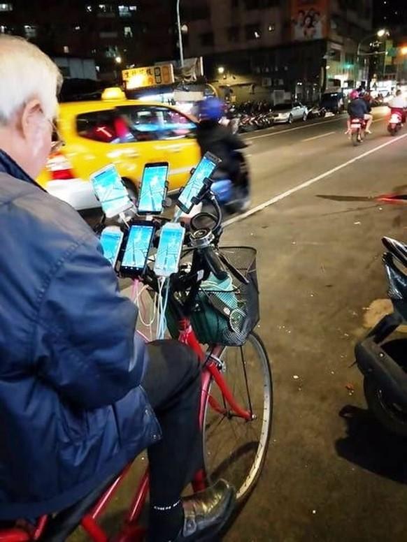 Dieser 70-Jährige geht mit elf Handys auf Pokémon-Jagd - watson
