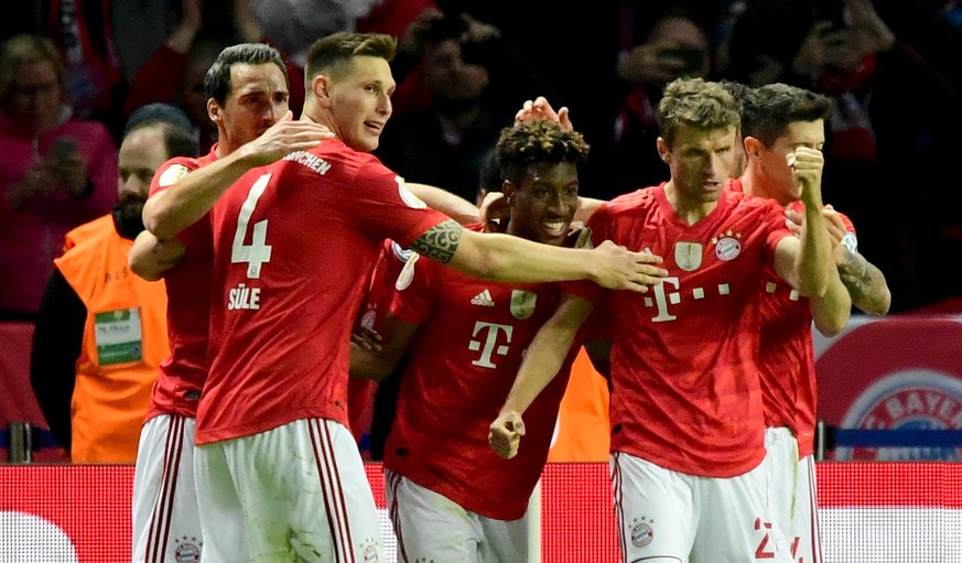 epa07600677 (L-R) Bayern's Mats Hummels, Bayern's Niklas Suele, Bayern's Kingsley Coman, Bayern's Thomas Mueller and Bayern's Robert Lewandowski celebrate Coman's 0-2 goal during the German DFB Cup final soccer match between RB Leipzig and FC Bayern Munich in Berlin, Germany, 25 May 2019.  EPA/CLEMENS BILAN CONDITIONS - ATTENTION: The DFB regulations prohibit any use of photographs as image sequences and/or quasi-video.