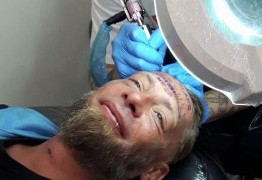 Party-Briten geben Obdachlosem 100 Euro für Tattoo auf der Stirn