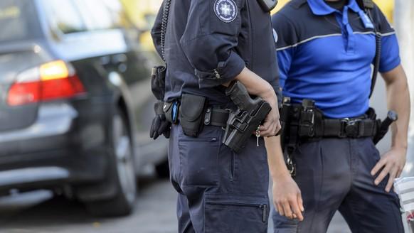 Garde-frontiere et policier effectuent un controle sur un vehicule, lors d'un operation anti-contrebande aux postes frontieres du canton de Geneve avec la collaboration de la police genevoise, ce jeudi 29 octobre 2015 a Geneve. (KEYSTONE/Martial Trezzini)