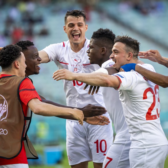 epa09265084 Breel Embolo (C-L) of Switzerland celebrates with teammates after scoring the 1-0 lead during the UEFA EURO 2020 group A preliminary round soccer match between Wales and Switzerland in Baku, Azerbaijan, 12 June 2021.  EPA/JEAN-CHRISTOPHE BOTT (RESTRICTIONS: For editorial news reporting purposes only. Images must appear as still images and must not emulate match action video footage. Photographs published in online publications shall have an interval of at least 20 seconds between the posting.)