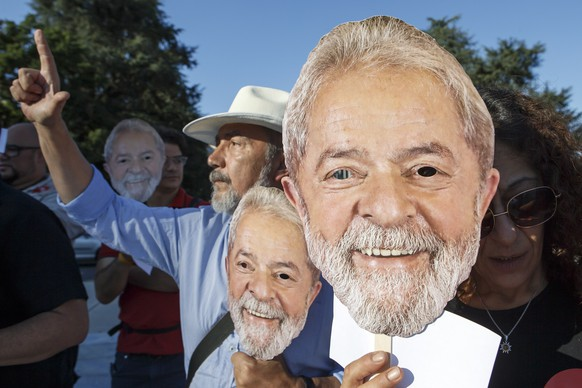 epa06951664 Brazilians living in Switzerland hold portraits of former Brazilian President Luiz Inacio Lula da Silva, during a rally on the occasion of filing Lula's candidature to Brazilian presidency election, at the Place des Nations, in front of the European headquarters of the United Nations in Geneva, Switzerland, 15 August 2018. Demonstrators show their support as former President Luiz Inacio Lula da Silva officially filed his candidacy for October's presidential election from prison where he is serving a sentence for corruption.  EPA/SALVATORE DI NOLFI