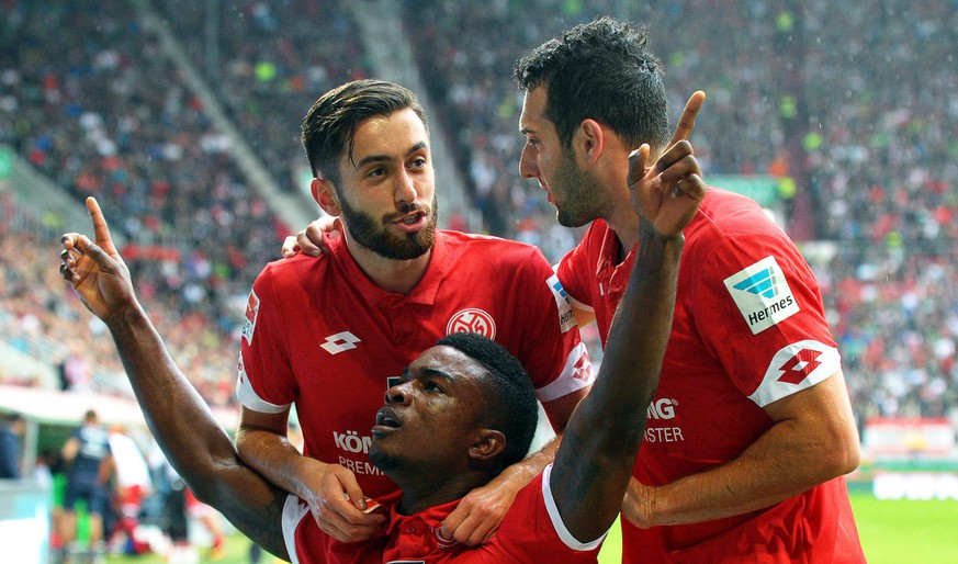epa05545970 Mainz' Jhon Cordoba (bottom) celebrates with his teammates Yunus Malli (L) and Levin Oeztunali (R) after scoring the 1-0 lead during the German Bundesliga soccer match between FC Augsburg and FSV Mainz 05 in Augsburg, Germany, 18 September 2016.  EPA/STEFAN PUCHNER (EMBARGO CONDITIONS - ATTENTION - Due to the accreditation guidelines, the DFL only permits the publication and utilisation of up to 15 pictures per match on the internet and in online media during the match)
