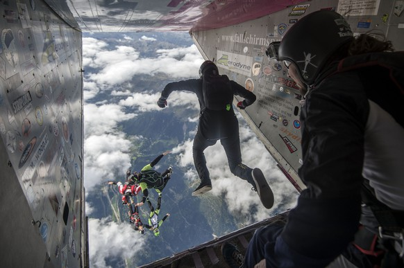 Athleten in Aktion beim internationalen Fallschirmanlass Mountain Gravity Internazionale, am Donnerstag, 27. August 2015, in Quinto. (KEYSTONE/Ti-Press/Samuel Golay)Athletes in action during the international parachuting competition Mountain Gravity Internazionale, Thursday, 27 August 2015, in Quinto, Switzerland. (KEYSTONE/Ti-Press/Samuel Golay)
