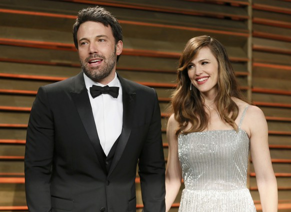 Actor Ben Affleck and his wife, actress Jennifer Garner arrive at the 2014 Vanity Fair Oscars Party in West Hollywood, California March 2, 2014. REUTERS/Danny Moloshok (UNITED STATES  - Tags: ENTERTAINMENT)(OSCARS-PARTIES)