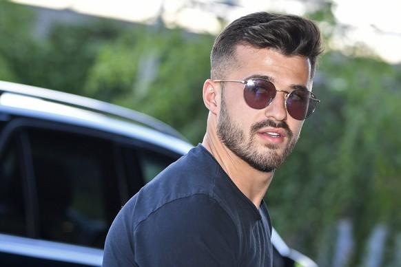 Albian Ajeti  bei seiner Ankunft vor dem Hotel auf dem Flughafen Zuercih in Kloten am Sonntag, 2. Juni 2019. (KEYSTONE/Walter Bieri)