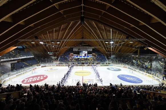 Die Mannschaften von Davos und Fribourg stehen sich gegenueber zum ersten Davoser Heimspiel der Saison 2015/2016, beim Meisterschaftsspiel der National League A zwischen dem HC Davos und dem HC Fribourg-Gotteron, am Freitag, 11. September 2015, in der Vaillant Arena in Davos. (KEYSTONE/Gian Ehrenzeller)
