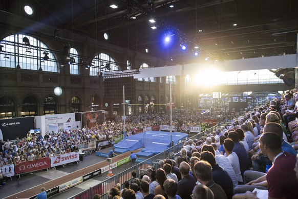 epa05517205 Overview of the women's pole vault competition for the IAAF Diamond League international athletics meeting, at the main railway station in Zurich, Switzerland, 31 August 2016. The other competitions of the IAAF Diamond League international athletics meeting will take place at the Letzigrund stadium in Zurich on 01 September 2016.  EPA/ENNIO LEANZA