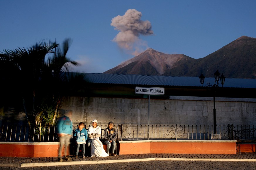epa05698405 Volcano Fuego (L) and Volcano Acatenango (R) seen from Alotenango municipality, in the Sacatepequez Department, Guatemala, 04 January 2017. Volcan Fuego in Guatemala is recording according to the Seismology, Vulcanology, Meteorology and Hydrology National Institute a 'great range of activity' with constant eruptions of ash.  EPA/Esteban Biba