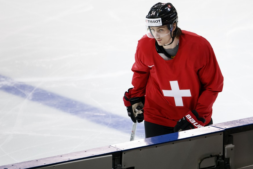 Switzerland's Dean Kukan returns on the bench during a training session, at the IIHF 2015 World Championship, at the Tipsport Arena, in Prague, Czech Republic, Thursday, May 7, 2015. (KEYSTONE/Salvatore Di Nolfi)