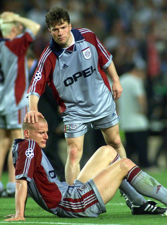Bayern Munich veteran sweeper Lothar Matthaeus (right) comforts Carsten Jancker, after they lost the Champions League final against Manchester United at Nou Camp stadium in Barcelona, on Wednesday, May 26, 1999. Manchester won 2-1. (KEYSTONE/EPA PHOTO/DPA/KAY NIETFELD)      === ELECTRONIC IMAGE ===