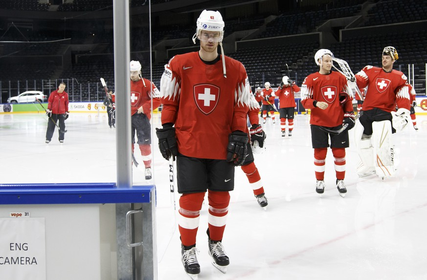 Switzerland's players defender Mirco Mueller, left, defender Ramon Untersander, 2nd right, and defender goaltender Reto Berra, right, after the official team photo taken by the photographer of IIHF, during the IIHF 2018 World Championship at the Royal Arena, in Copenhagen, Denmark, Friday, May 11, 2018. (KEYSTONE/Salvatore Di Nolfi)