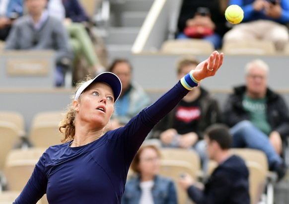epa07610772 Laura Siegemund of Germany plays Belinda Bencic of Switzerland during their women's second round match during the French Open tennis tournament at Roland Garros in Paris, France, 29 May 2019.  EPA/CAROLINE BLUMBERG