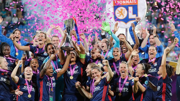 epa06761102 Lyon players celebrate with the trophy after winning the UEFA Women's Champions League final  between Wolfsburg and Lyon in Kiev, Ukraine, 24 May 2018.  EPA/SERGEY DOLZHENKO
