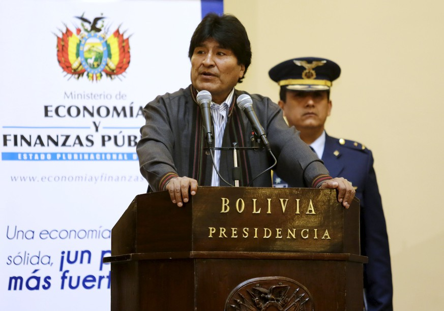 Bolivia's President Evo Morales speaks during a ceremony commemorating International Workers' Day in La Paz May 1, 2015.  President Morales on Friday hailed all Bolivian workers during the May Day celebrations. Earlier this year, Morales announced an increase of the national minimum wage by 15 percent to 1685 Pesos Bolivianos ($240), according to local media.    REUTERS/David Mercado
