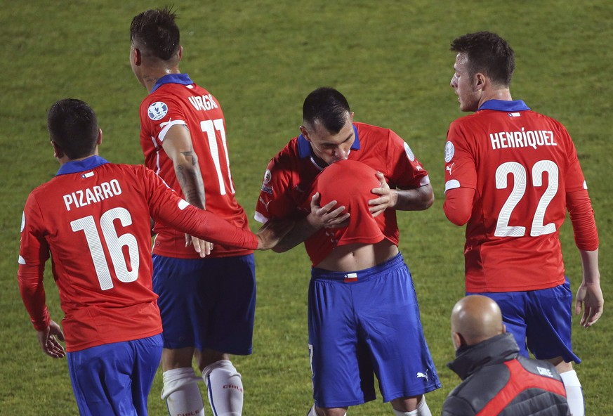 epa04809843 Chilean defender Gary Medel (2-R) celebrates with teammates after scoring during the Copa America 2015 Group A soccer match between Chile and Bolivia, at Estadio Nacional Julio Martinez Pradanos in Santiago de Chile, Chile, 19 June 2015.  EPA/Paolo Aguilar