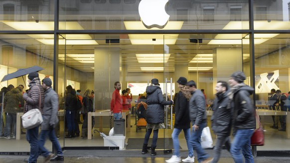epa06428859 (FILE) - Shoppers walks past the Apple Store at Bahnhofstrasse in Zuerich, Switzerland, 29 November 2015 (reissued 10 January 2018). According to media reports, a burning and smoking iPhone battery forced the evacuation of an apple store in the swiss city of Zurich on 09 January.  EPA/ANTHONY ANEX