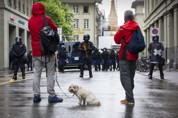 Zwei Corona-Skeptiker stehen vor einer Polizeisperre in der Naehe des Bundesplatzes, am Samstag, 15. Mai 2021, in Bern. Die Polizei hat die Umgebung um den Bundesplatz wegen einer erwarteten Demonstration gegen die Massnahmen im Zusammenhang mit dem Coronavirus abgesperrt. (KEYSTONE/Peter Klaunzer)
