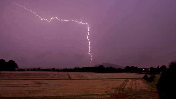 epa04879620 Lightning is seen over countryside near Sehnde, close to Hanover, Germany, early 11 August 2015. Thunderstorms accompanied by heavy rain, strong wind gusts and countless lightning strikes passed over Germany during the night.  EPA/Julian Stratenschulte
