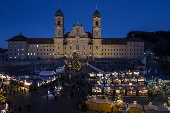 Der Einsiedler Weihnachtsmarkt mit dem Kloster Einsiedeln im Hintergrund, am Donnerstag, 1. Dezember 2016, in Einsiedeln. Mit ueber 130 Verkaufsstaenden ist er einer der groessten Weihnachtsmaerkte der Schweiz. (KEYSTONE/Alexandra Wey)
