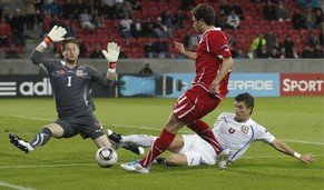 Switzerland's Admir Mehmedi misses a shot against Czech Republic's goalkeeper Tomas Vaclik during the UEFA Under 21 Championship semi final game between Switzerland and Czech Republic at the Herning Stadium in Herning, Denmark, Wednesday, June 22, 2011. (KEYSTONE/Peter Klaunzer)