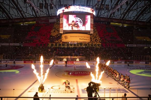 Berns Torhueter Leonardo Genoni kommt aufs Eis, vor dem siebten Eishockey Playoff-Halbfinalspiel der National League zwischen dem SC Bern und dem EHC Biel, am Dienstag, 9. April 2019 in der Postfinance Arena in Bern. (KEYSTONE/Peter Klaunzer)