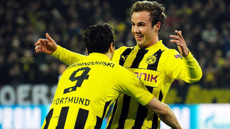 epa03611231 Dortmund's Mario Goetze (R) celebrates with his teammate Robert Lewandowski (L) after scoring the 2-0 lead during the UEFA Champions League round of 16 second leg soccer match between Borussia Dortmund and Shakhtar Donetsk in Dortmund, Germany, 05 March 2013.  EPA/MARIUS BECKER