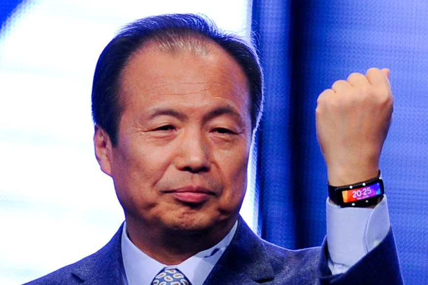 BARCELONA, SPAIN - FEBRUARY 24:  CEO and President of Samsung JK Shin presents the new Samsung Gear Fit during the first day of the Mobile World Congress 2013 at Forum Complex on February 24, 2014 in Barcelona, Spain. The annual Mobile World Congress hosts some of the world's largest communication companies, with many unveiling their latest phones and gadgets. The show runs from February 24 - February 27.  (Photo by David Ramos/Getty Images)
