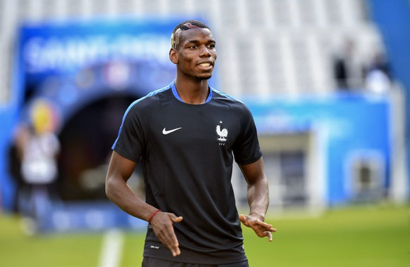 epa05353582 France's Paul Pogba in action during a training session at the Stade de France in Saint-Denis, France, 09 June 2016. France will face Romania in the opening match of the UEFA EURO 2016 soccer championship at the Stade de France on 10 June.    (RESTRICTIONS APPLY: For editorial news reporting purposes only. Not used for commercial or marketing purposes without prior written approval of UEFA. Images must appear as still images and must not emulate match action video footage. Photographs published in online publications (whether via the Internet or otherwise) shall have an interval of at least 20 seconds between the posting.)  EPA/GEORGI LICOVSKI