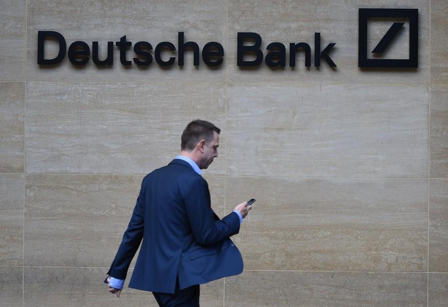 Deutsche Bank zahlt Mitarbeitern 2,3 Milliarden Euro Boni - und weitet Verlust aus