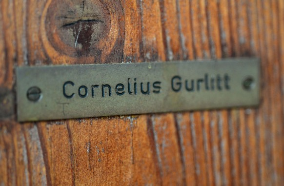(FILES) - Picture taken on November 19, 2013 shows the name plate of Cornelius Gurlitt on the door of his house in Salzburg. Cornelius Gurlitt, a German recluse who hid hundreds of paintings believed looted by the Nazis in his Munich flat, has died on May 5, 2014 according to a spokesperson of the court in Munich on May 6, 2014. AFP PHOTO / WILDBILD