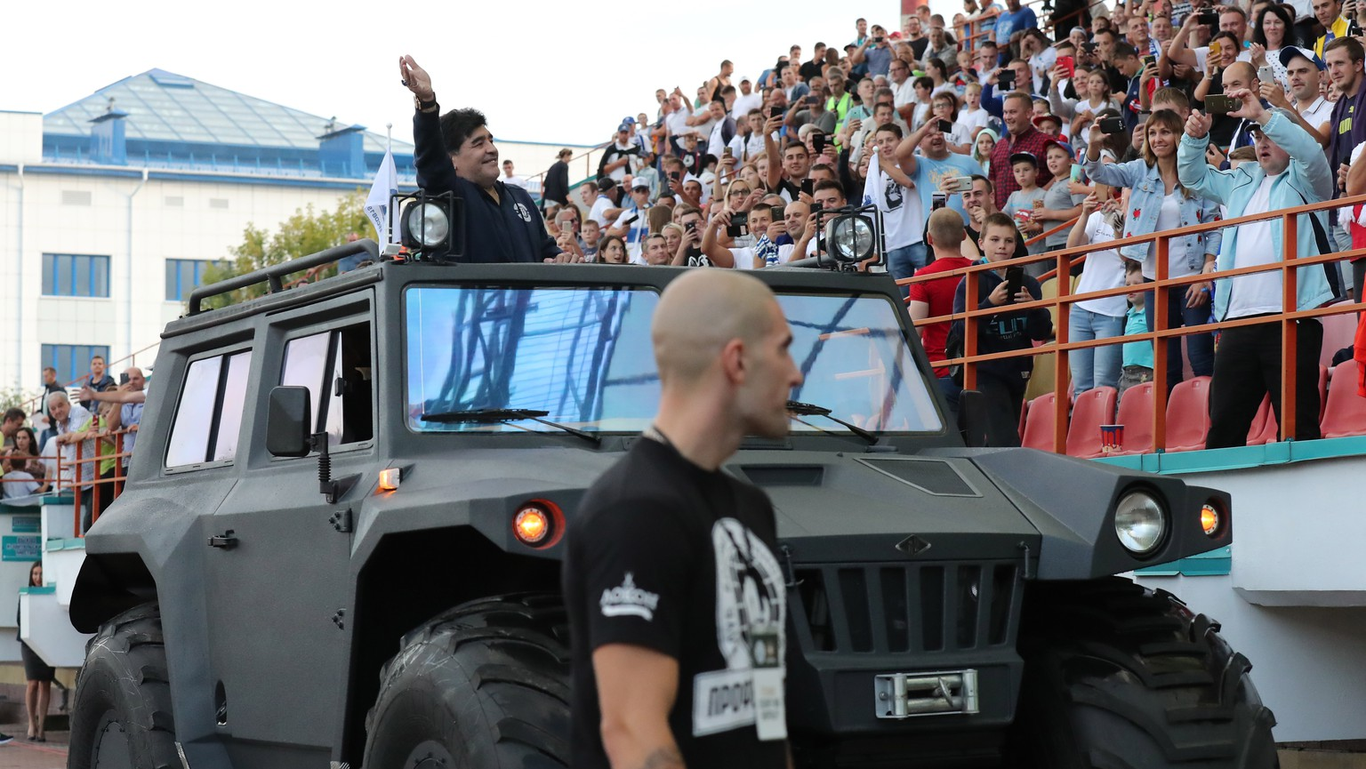epa06893531 Former Argentinian soccer player Diego Maradona greets fans before the soccer match between FC Dinamo Brest and FC Shakhtyor at the central stadium in Brest, Belarus, 16 July 2018. Maradona has been appointed as chairman of Belarussian soccer club 'Dinamo Brest'.  EPA/TATYANA ZENKOVICH