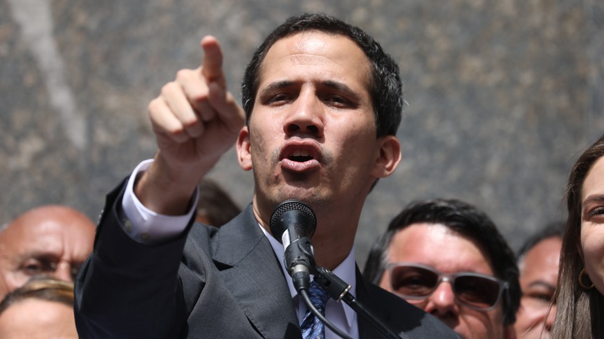 epa07319409 Head of the Venezuelan Parliament, Juan Guaido (C) speaks at a public event in the east of Caracas, Venezuela, 25 January 2019. Guaido, who two days ago announced that he assumed executive powers as interim president, asked on Friday for a minute of silence for the victims of 'the brutal repression'.  EPA/Miguel Gutiérrez