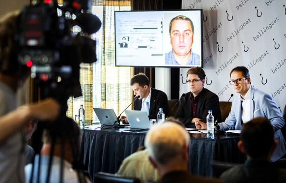 epa06761950 Eliot Higgins (C) of open source research organization Bellingcat addresses a press conference on findings into the Malaysia Airlines flight MH17 downing, in Scheveningen, Netherlands, 25 May 2018. The downing of flight MH17 over eastern Ukraine in 2014 killed 298 people. According to reports, Bellingcat claimed to have found one of the main suspects, Oleg Ivannikov, in the collapse of flight MH17.  EPA/REMKO DE WAAL