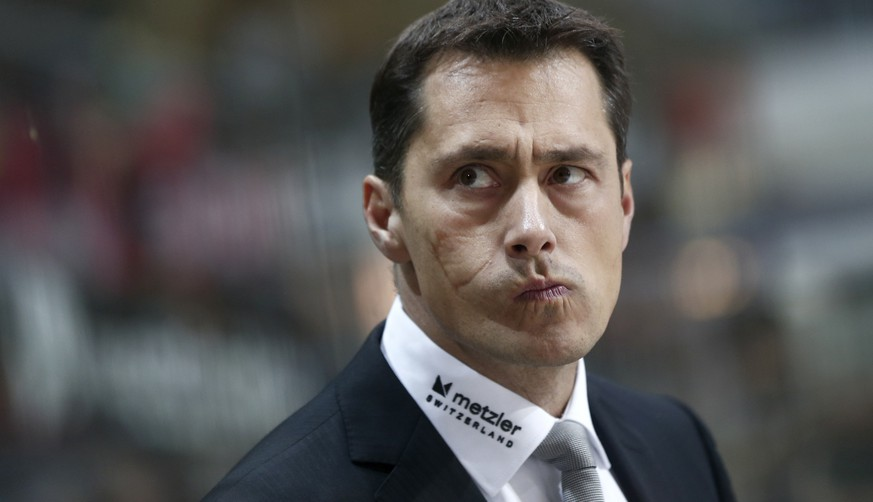 Berns Trainer Guy Boucher im Eishockey-Meisterschaftsspiel der National League A zwischen dem SC Bern und den Rapperswil-Jona Lakers am Samstag, 27. September 2014, in der PostFinance-Arena in Bern. (KEYSTONE/Peter Klaunzer)
