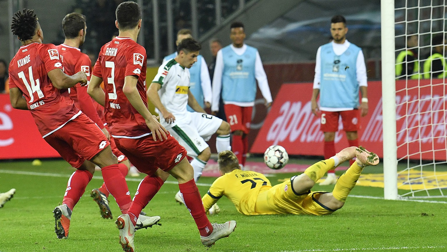 Mainz's defense watching Moenchengladbach's Jonas Hofmann scoring his second goal during the German Bundesliga soccer match between Borussia Moenchengladbach and FSV Mainz 05 in Moenchengladbach, Germany, Sunday, Oct. 21, 2018. (AP Photo/Martin Meissner)