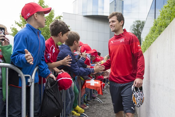 Swiss soccer player Valentin Stocker shakes hands with young fans prior to a training session of the Swiss national soccer team at the Thermoplan Arena of SC Weggis, in Weggis, Wednesday, May 28, 2014. The Swiss national soccer team prepares in Weggis for the upcoming World Cup in Brazil. (KEYSTONE/Peter Klaunzer)