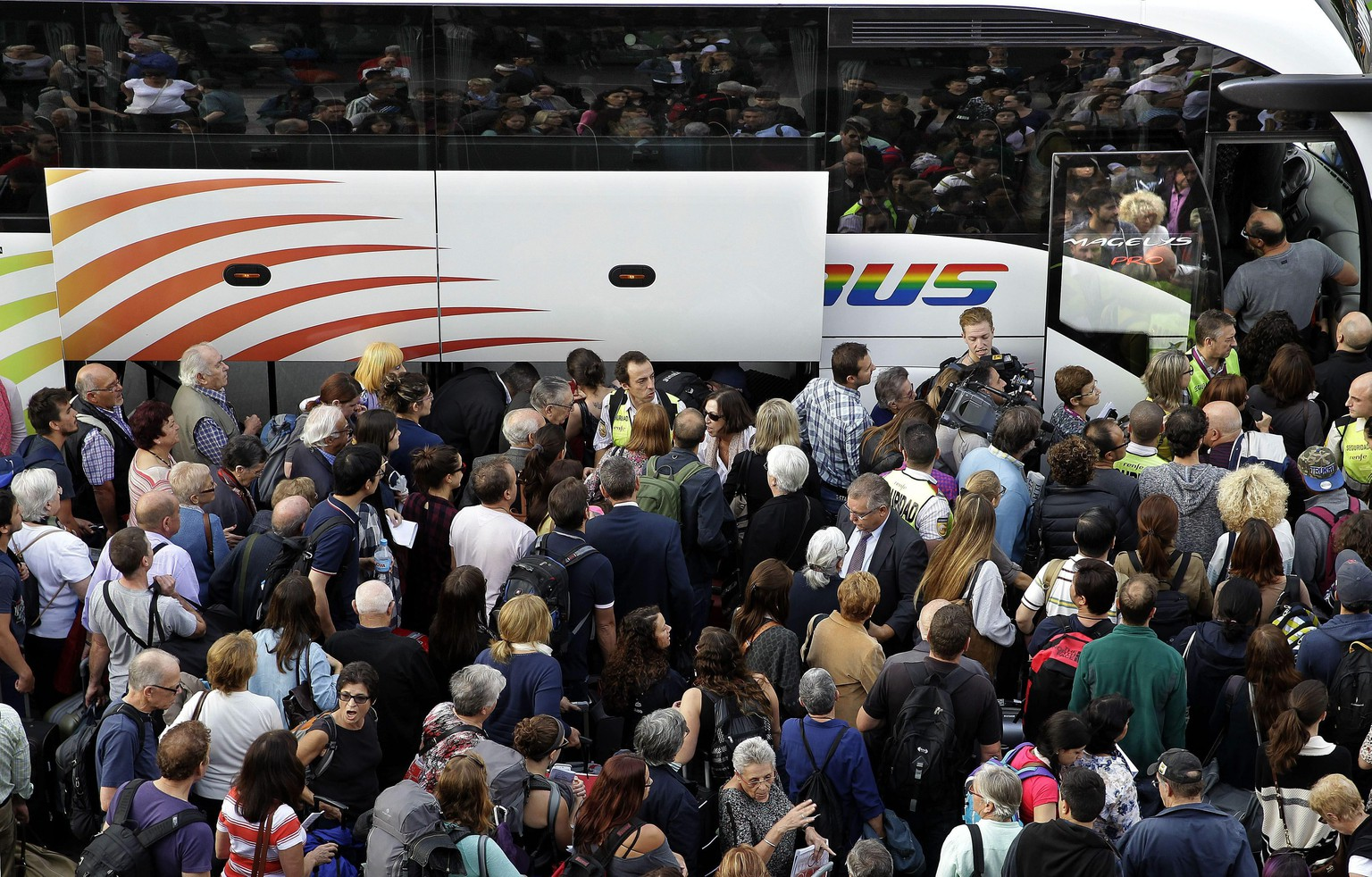 epa04968438 Passengers try to get aboard buses outside Sants station in Barcelona, northern Spain, 08 October 2015, after the train service between the Catalonian cities of Tarragona and Figueres had to be suspended due to the theft of optical fibre wire which has affected the safety of the train traffic. Some 7,000 passengers and 20 trains, including some AVE high-speed trains, have been affected by the incident. State-run train service Renfe has chartered 15 buses to move the passengers from Tarragona to Barcelona. The hig-speed service has been restored in the meantime, according to Renfe.  EPA/ALBERTO ESTEVEZ