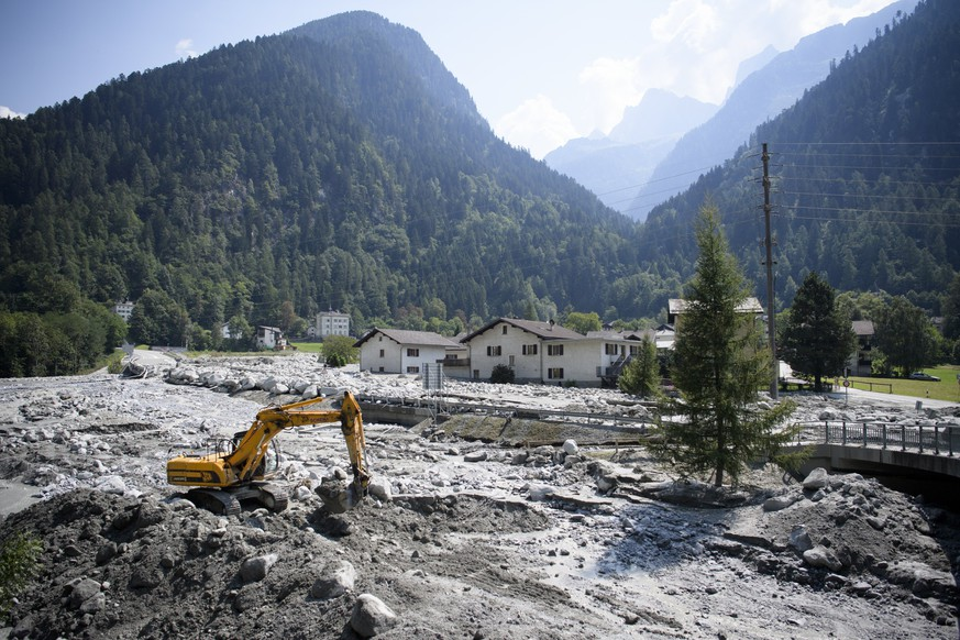 epa06161883 An excavator works on the landslide in Bondo, Graubuenden in southern Switzerland, 25 August 2017. The village had been hit by a massive landslide on Wednesday. The main road between Stampa and Castasegna is disconnected. The village has been evacuated. Eight people have been reported missing.  EPA/GIAN EHRENZELLER