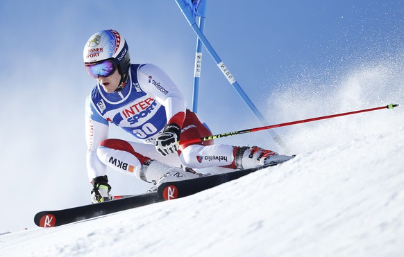 epa05668532 Loic Meillard of Switzerland in action during the first run of the men's Giant Slalom race at the FIS Alpine Skiing World Cup in Val D'Isere, France, 10 December 2016.  EPA/GUILLAUME HORCAJUELO