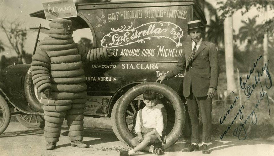 The Michelin Man mascot stands next to an advertising vehicle used in Santa Clara in 1926. bild: reddit