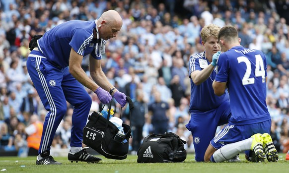 """Football - Manchester City v Chelsea - Barclays Premier League - Etihad Stadium - 16/8/15 Chelsea physio Steve Hughes (L)) and consultant in sport and exercise medicine Chris Hughes give medical attention to Gary Cahill after he sustains an injury Action Images via Reuters / Carl Recine Livepic EDITORIAL USE ONLY. No use with unauthorized audio, video, data, fixture lists, club/league logos or """"live"""" services. Online in-match use limited to 45 images, no video emulation. No use in betting, games or single club/league/player publications.  Please contact your account representative for further details."""