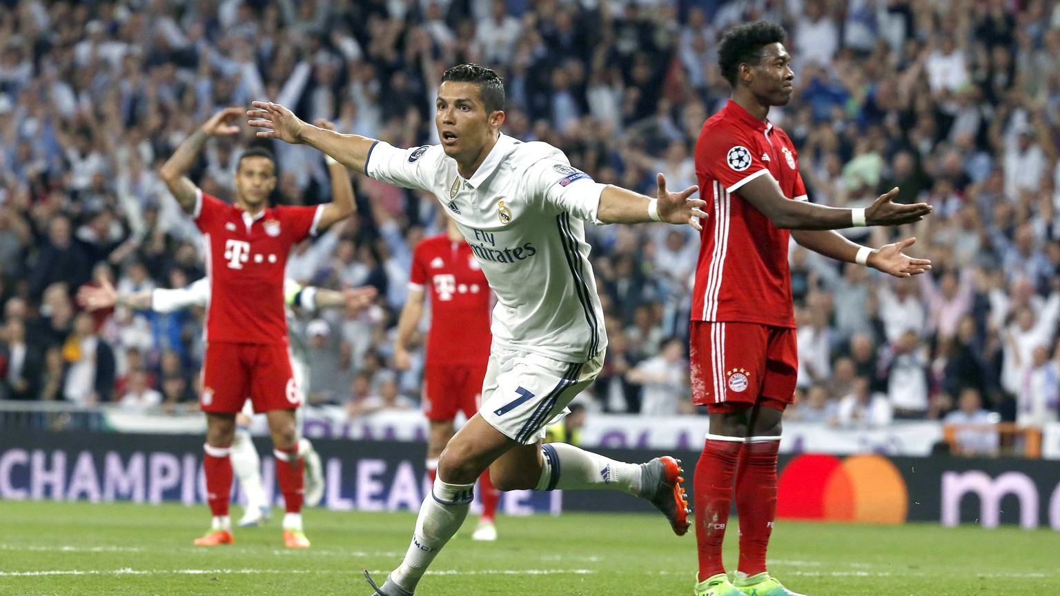 epa05914132 Real Madrid's Portuguese striker Cristiano Ronaldo (C) celebrates his second goal against Bayern Munich during the UEFA Champions League quarter final, second leg soccer match between Real Madrid and Bayern Munich at Santiago Bernabeu stadium in Madrid, Spain, 18 April 2017.  EPA/KIKO HUESCA