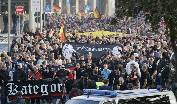 People march past police during a demonstration by 'hooligans against Salafists and Islamic State extremist' in Cologne October 26, 2014.             REUTERS/Wolfgang Rattay (GERMANY  - Tags: CIVIL UNREST)