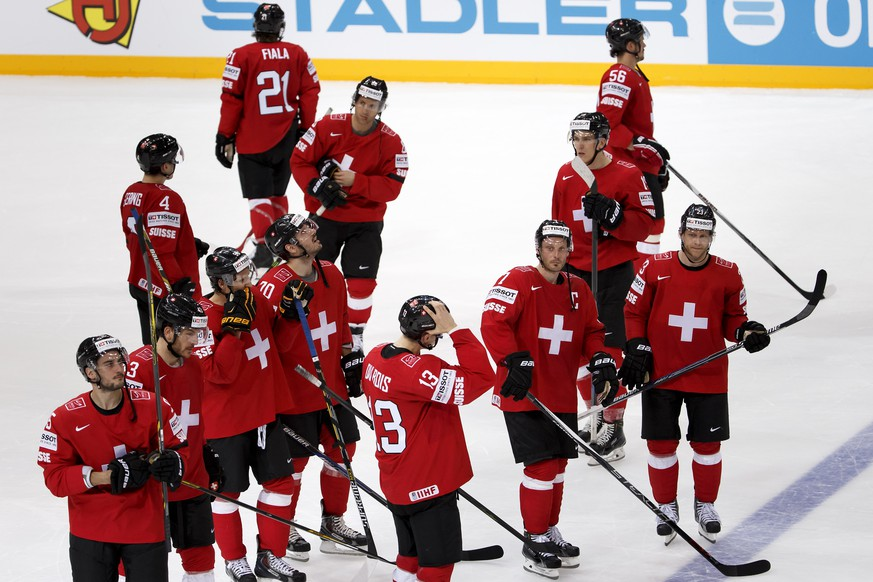 Switzerland's players look disappointed after losing against Austria, during the IIHF 2015 World Championship preliminary round game Switzerland vs Austria, at the O2 Arena, in Prague, Czech Republic, Saturday, Mai 2, 2015. (KEYSTONE/Salvatore Di Nolfi)