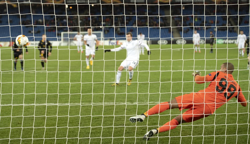 Basel's Fabian Frei, back center, scores against Apoel's goalkeeper Boy Waterman, right, during the UEFA Europa League round of 32 second leg soccer match between Switzerland's FC Basel 1893 and Cyprus' Apoel FC at the St. Jakob-Park stadium in Basel, Switzerland, on Thursday, February 27, 2020. (KEYSTONE/Georgios Kefalas)