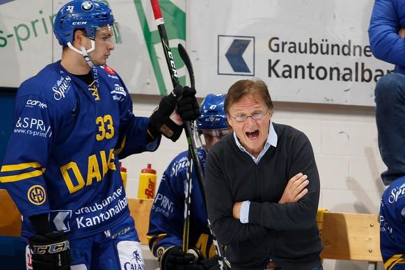 Ein engagierter HCD Coach Arno Del Curto an der Bande, aufgenommen am Samstag, 16. September 2017, beim Eishockey Swiss Hockey League Spiel zwischen dem HC Davos und dem HC Lausanne in der Vaillant Arena in Davos. (KEYSTONE/Eddy Risch)